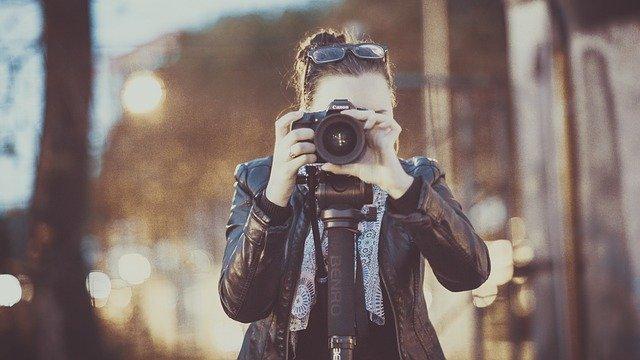 nainen valokuvaamassa