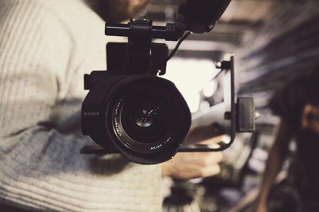videokamera sylissä