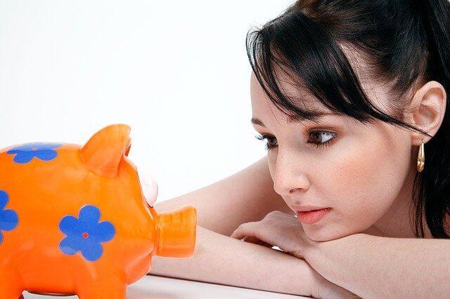 Nainen säästää rahaa